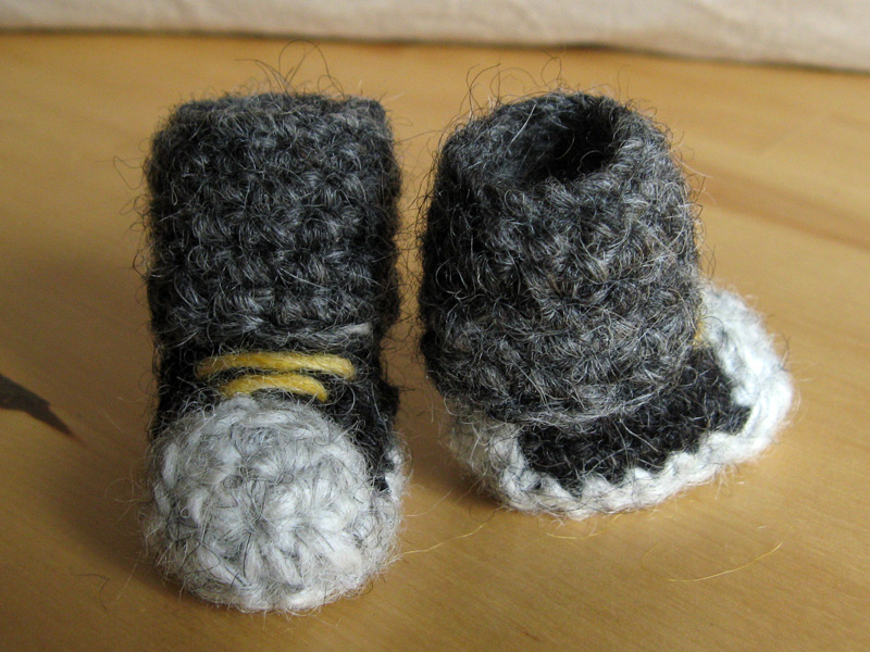 Tiny cuddly boots sons popkes back and front of crochet boots dt1010fo
