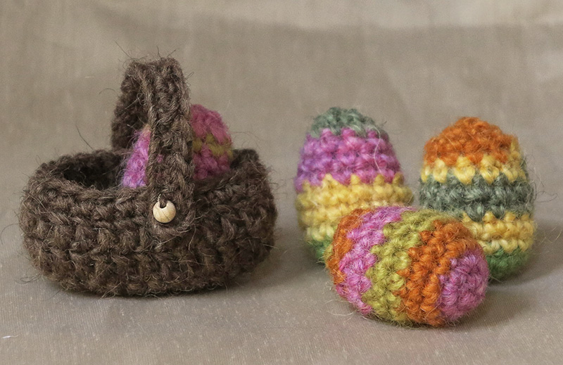 With this free crochet pattern for little Easter eggs and a basket ...